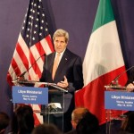 Le secrétaire d'Etat  américain John Kerry (centre), le premier ministre libyen Fayez all-Sarraj (gauche) et le ministre italien des Affaires étrangères (droite) donne une conférence de presse à Vienne