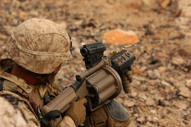 Un US Marine s'entraîne sur un lance-grenades Milkor MGL/M32A1 (Crédits photo: Lance Cpl. Juan A. Soto-Delgado/USMC)