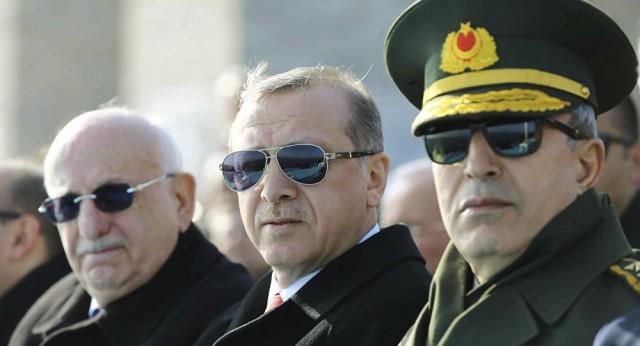 De droite à gauche : le nouveau ministre de la Défense, le général Akar, le chef d'État turc, Erdogan, et le nouveau chef d'état-major, Yaşar Güler (Crédits : REUTERS / Kayhan Ozer/ TC Cumhurbaşkanlığı