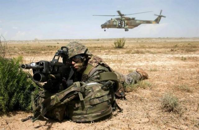 Un soldat espagnol du 5e régiment d'infanterie de Saragosse protège un hélicoptère Caïman lors de la phase de décollage (Crédit photo: EFE)