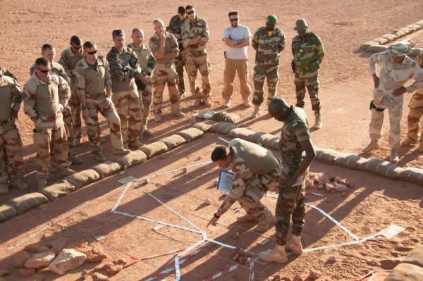 Base avancée temporaire (BAT) de MADAMA, fin de journée. Les chefs des éléments français et nigériens participant à l'opération AGRAB se retrouvent autour de la caisse à sable afin de caler le déroulement de l'opération qui débutera le lendemain matin 6h.