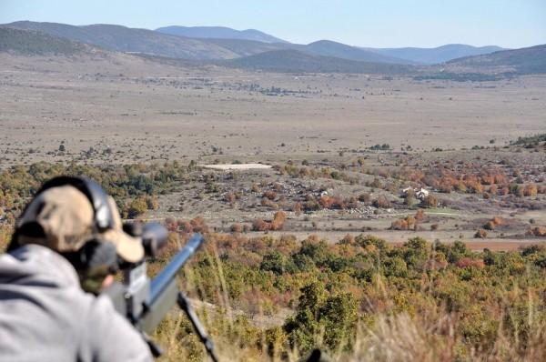 L'adjudant se préparant à tirer sur le camp de Candeurs (crédit photo: 4 RCH)