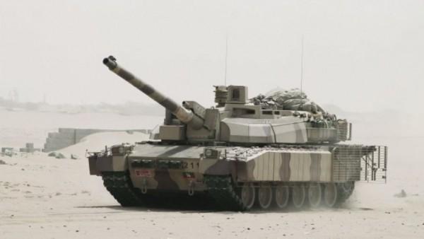 Un Leclerc émirati équipé du pack AZUR avance vers la base d'aérienne d'Al-Anad le 3 août dernier