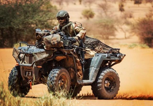 """Un transmetteur du 1er escadron du 2e RH """"au milieu de l'Afrique"""" (Crédit photo: 2e RH/ECPAD)"""