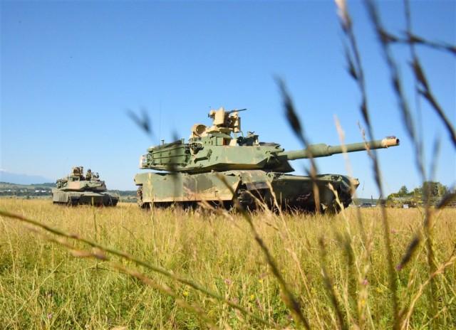Deux chars M1 Abrams de la 3e brigade blindée de l'US Army déployés en Roumanie pour l'excercice Getica Saber 17 (Crédit photo: USEUCOM/RICK DOCKSAI)