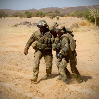 Des soldats aidant leur camarade blessé (Crédit photo: Armée de terre)