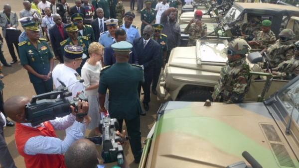 L'ambassadrice de France au Cameroun, Mme Christine Robichon a remis onze véhicules tactiques et du matériel militaire divers au ministre de la Défense camerounais, M. Joseph Beti Assomo