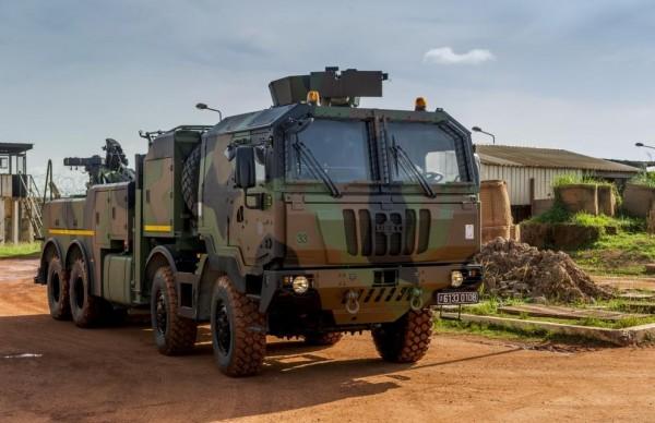 Le nouveau porteur polyvalent lourd de dépannage avec dispositif de protection (PPLD DP).  Le PPLD DP est l'un des 4 nouveaux porteurs polyvalents terrestres qui entrent progressivement en service dans l'armée de Terre. Ils permettront de remplacer, à terme, le parc vieillissant de véhicules poids lourds (TRM 10000, VTL…). Bénéficiant d'un fort potentiel de chargement tout en conservant une bonne mobilité et en offrant à l'équipage une protection adaptée aux opérations extérieures, le PPLD DP assure des missions de ravitaillement logistique, de transport ou d'évacuation de personnel, de maintenance et d'évacuation de véhicules immobilisés, de transport de matériaux pour l'appui à la mobilité, à la contre-mobilité et à l'aide au déploiement d'urgence.