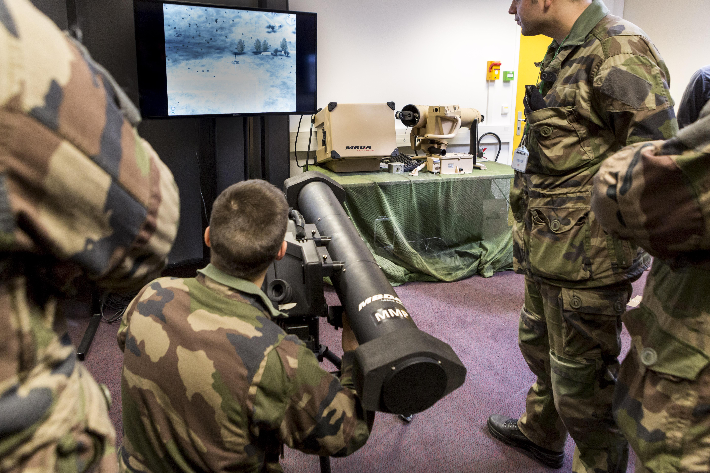 L'un des multiples simulateurs qui ont été développés et dont l'un a notamment servi aux militaires pour spécifier l'armement et, en particulier, la fonction TAVD (Tir Au-delà de la Vue Directe) , qui est nouvelle pour un équipement de fantassin (Crédit photo: © L Guichardon MBDA)