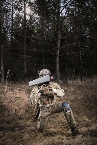 L'Enforcer est missile compact, léger et précis destiné à être utilisé par l'infanterie et les forces spéciales pour combattre les cibles stationnaires et mobiles. Le premier prototype a été testé avec succès en Allemagne en novembre dernier. Sa compatibilité avec le système Wirkmittel 90 de l'armée allemande soutient l'approche de la Bundeswehr en matière de normalisation concernant les armes légères. MBDA prévoit d'entamer la qualification du système au cours des prochaines années (Crédit photo: MBDA Deutschland/Bernard Huber)