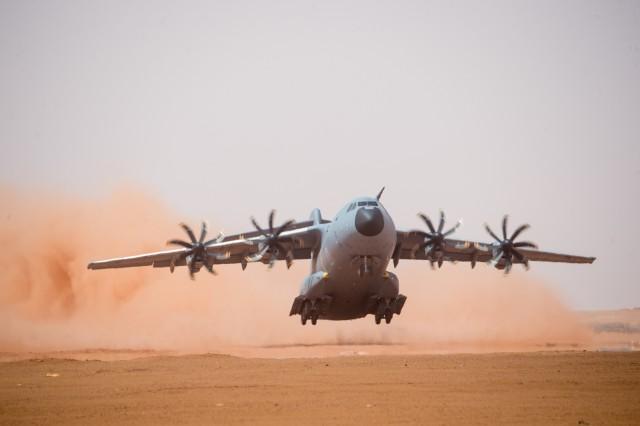 Atterissage d'un A400M, en terrain sommaire sur la piste de Madama, au Niger à l'occasion d'expérimentations, afin de tester ses capacités opérationnelles de décollage et d'atterissage en terrain sommaire, durant l'opération Barkhane, le 26 août 2016 (crédit photo: ECPAD)