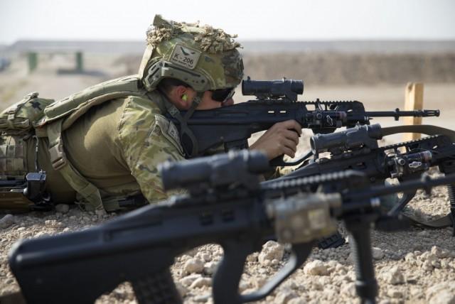Un membre du Task Group Taji 5 s'entraîne au tir durant l'opération Okra (Credit: ADF/ABIS Chris Beerens)