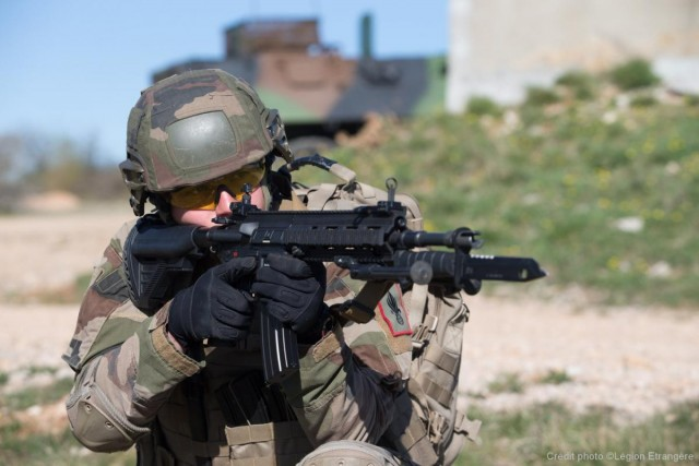 Quelques HK 416F sont déjà entre les mains de la 13e DBLE depuis début avril (Crédit photo: Légion étrangère)