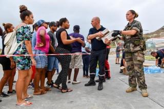 Les militaires apportent leur soutien à la population de Saint-Martin. Chaque ration distribuée équivaut à une journée d'alimentation.