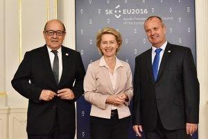 La ministre de la défense allemande Ursula Von der Leyen est entourée à sa gauche de son homologue slovaque Peter Gajdoš et à sa droite de son homologue français Jean-Yves Le Drian