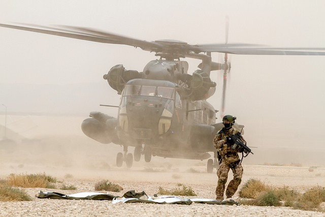 Un hélicoptère de transport lourd CH-53G lors d'un exercice près de Mazar-e-Sharif (Crédit photo: Bundeswehr/Lars Koch)