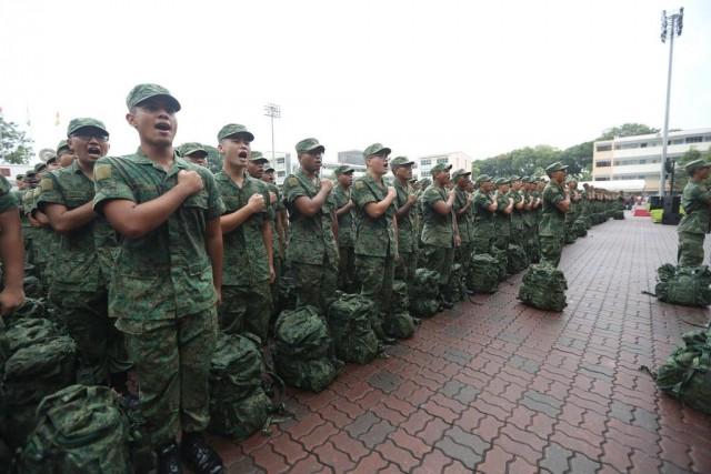 """Recrues  singapouriennes récitant """"la promesse des SAF"""" (Singapore Armed Forces) lors d'un défilé en mars 2018.  Photo: Facebook / armée de Singapour"""