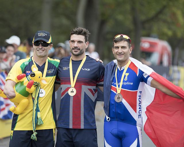 Henri Rébujent sur la troisième place du podium da la catégorie IRB2 vélo critérium, derrière le vainqueur britannique Karl Allen-Dobson et l'australien Michael Lyddiard (crédit photo: IG 2017)