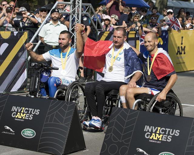 Frank Robin, médaillé d'or, est entouré de Loreto Di Loreto, médaillé d'argent et de Sébastien Pradalier, médaillé de bronze, dans l'épreuve du critérium catégorie IHB1 (crédit photo IG 2017)