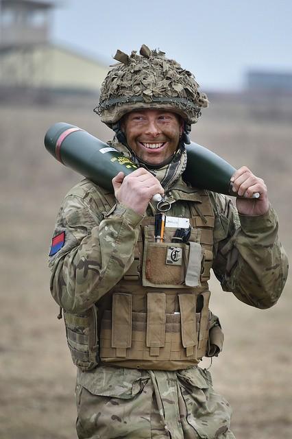 Artilleur britannique portant deux obus de 105 mm sur ses épaules le 6 mars (U.S. Army - Gertrud Zach)