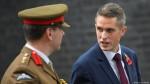 Gavin Williamson (D), nouveau secrétaire d'État à la Défense du Royaume-Uni (Crédit photo: Reuters/T. Melville)