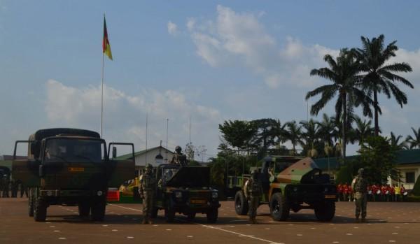 Un camion Renault TRM 2000, une Peugeot P4 et un VLRA d'ACMAT donnés au Cameroun le 29 novembre 2016 (Crédit photo: Ambassade de France au Cameroun)