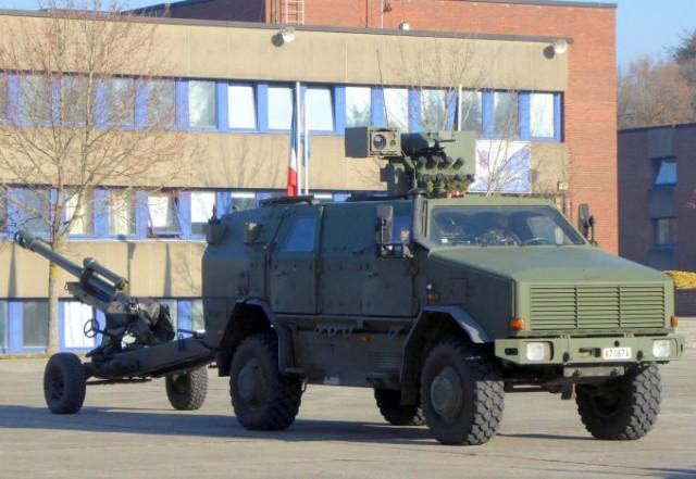 Dingo II tractant un canon LG 105  (photo: Forces Operations)
