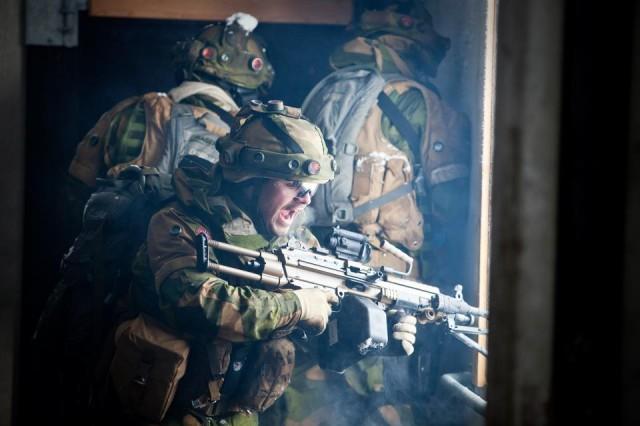 Un soldat norvégien équipé d'une FN Minimi de 5,56 mm. Celle-ci remplace les MG3 autrefois confiées aux fantassins (Crédit: Forces armées norvégiennes)