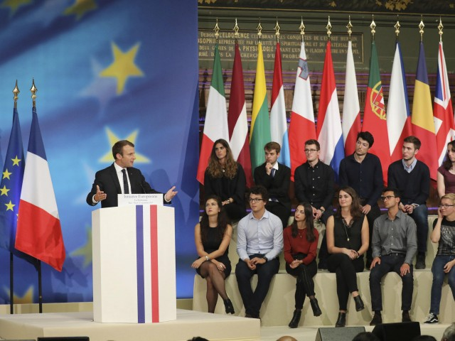 Emmanuel Macron a fait un discours de 90 minutes dans le Grand Amphithéâtre de la Sorbonne et a passé près d'une heure après à répondre aux questions (posées en majorité par des jeunes femmes!) de l'auditoire