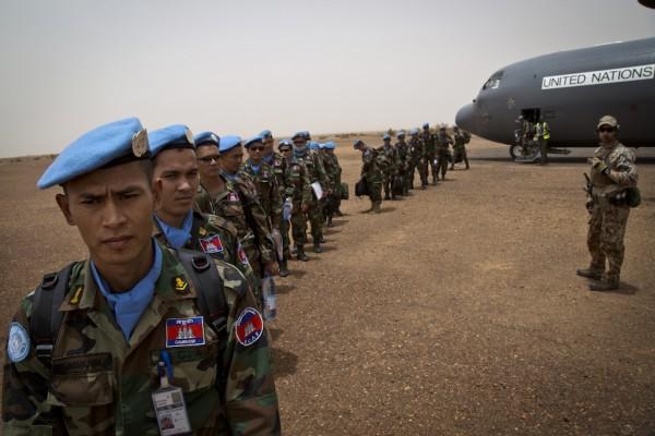 Après avoir suivi une formation, les démineurs d'IED de la MINUSMA du Cambodge quittent l'aéroport de Bamako pour une mission à Gao, nord Mali.