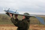 Soldat russe examinant un léger drone aérien à hélices (Crédits : Rus.Mil)