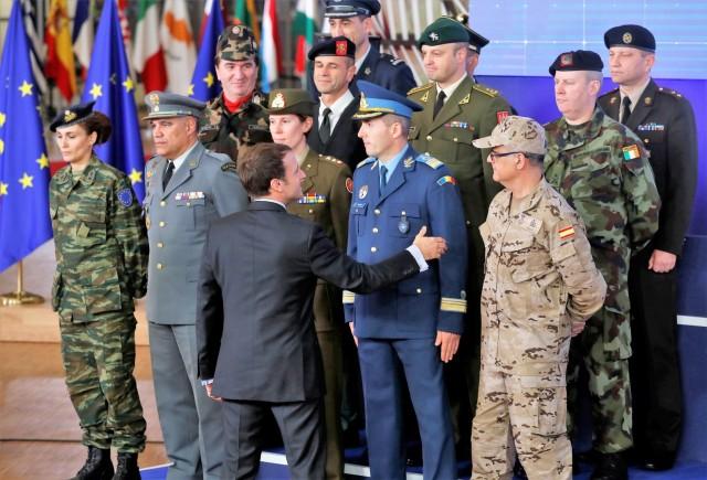 Emmanuel Macron accueillant les chefs des armées de l'UE lors du lancement de la PESCO, le 14 décembre 2017. (Crédits : Reuters)