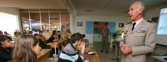 Voilà à quoi devrait ressembler le SNU. Quoique non, les militaires n'ont rien à faire dans cette salle de classe. (Photo : une JAPD en 2008 / MAXPPP)