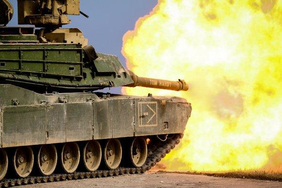 Char M1A1 Abrams de la 1e division d'Infanterie US (2nd Armored Brigade Combat Team) tire un obus de 120mm pendant un exercice à Grafenwöhr (Allemagne). (Photo U.S. Army, Spc. Hubert D. Delany III )