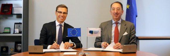 Le 28 février 2018, Jorge Domecq, directeur de l'Agence Européenne de Défense (AED), et Alexander Stubb, Vice-Président de la Banque Européenne d'Investissement (BEI), ont signé un Memorandum of Understanding (MoU) pour renforcer la coopération entre les deux institutions (Source : AED)