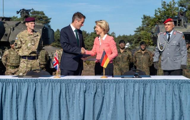 Le secrétaire à la défense britannique, Gavin Williamson, et la ministre de la Défense allemande Ursula von der Leyen, vendredi dernier à Sennelager, ouest de l'Allemagne (Crédit photo: Twitter/Gavin Williamson)