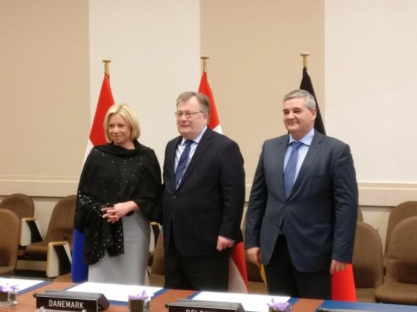 Les ministres de la défense des Pays-Bas, du Danemark et de la Belgique lors de la cérémonie de signature de la LOI pour la création du C-SOCC (Crédit: ministère de la Défense belge)