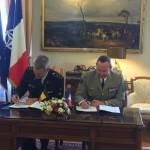 Le CEMAT et le chef de la Composante Terre belge entérinent la lettre d'union entre la 7e BB et la Brigade Médiane (Crédit photo: Composante Terre)