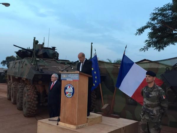 Jean-Yves Le Drian a rencontré les soldats français hier soir sur le base de M'Poko (Credit: Ministère de la Défense)
