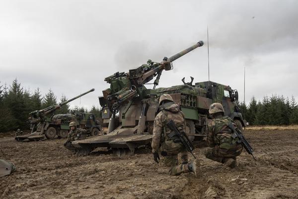 Une paire de canons automoteurs CAESAR de l'armée de Terre en action durant l'exercice Steel Sabre 2016 (Crédit photo: Corporal Max Bryan/Crown)