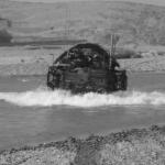 Un Stryker de l'US Army traverse un cours d'eau dans la province du Helmand, en Afghanistan.