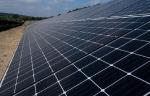 """Le champ solaire du camp de la Valbonne, l'un des sites pionniers du plan interministériel """"Place au soleil"""" (Crédit: ministère des Armées)"""