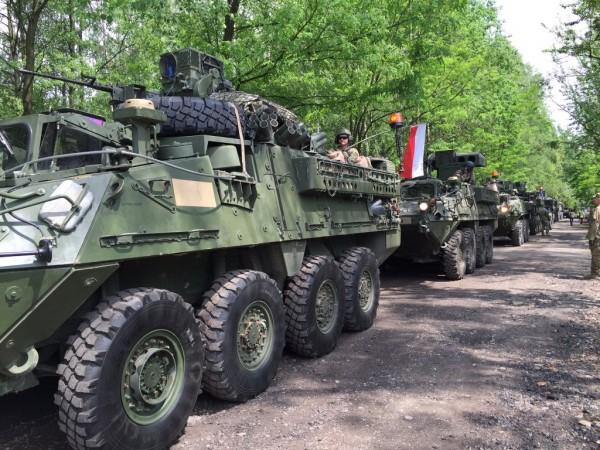 """Les véhicules Striker du 2nd Cavalry Regiment de l'armée US en vadrouille en Pologne lors de """"Dragoon Ride II"""" (Crédit photo: 2nd Cavalry Regiment/US Army)"""