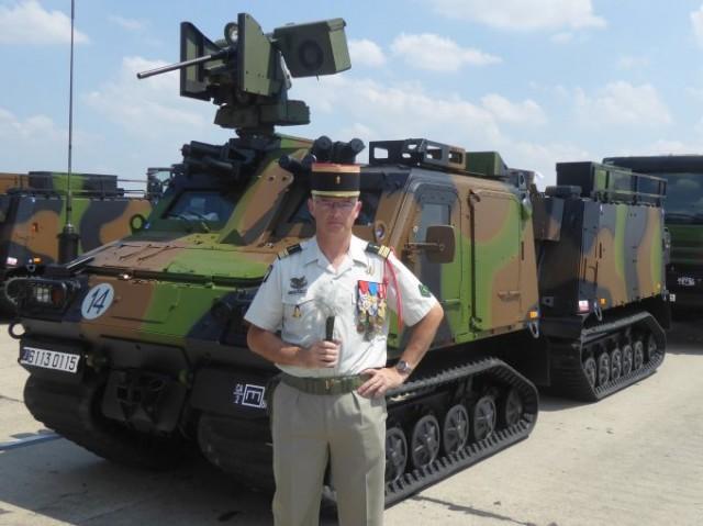 Le colonel de Boisfleury, chef de corps du 2e Régiment Etranger de Génie, devant un VHM lors des répétitions exécutées sur l'ancienne base aérienne de Brétigny, le 12 juillet, en prévision du défilé de 14 juillet 2018 (photo : Forces Operations).