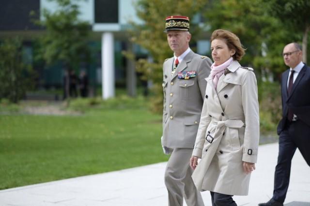 La Ministre des Armées Florence Parly, accompagnée du chef d'état-major des Armées, le général Lecointre (Crédit: ministère des Armées)