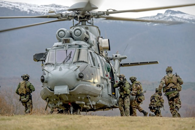 Un hélicoptère Caracal du 4e RHFS (Crédit: Gilles Gesquière/armée de Terre)