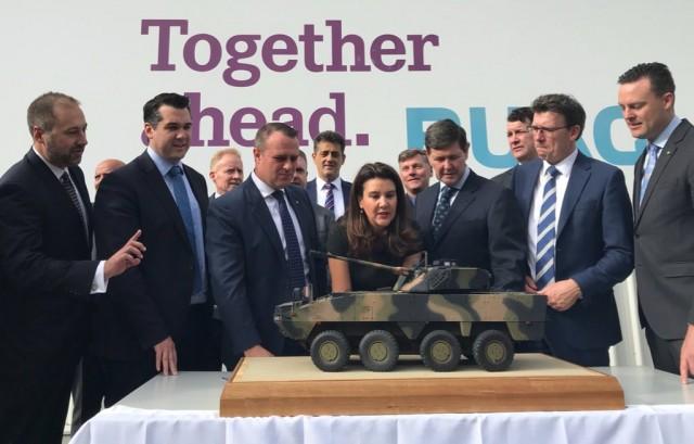 Des responsables de BAE Systems Australia et des ministres de l'État de Victoria au siège de RUAG Australia
