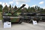 Un Leclerc français aux côtés d'un Leopard allemand et d'un Leopard polonais lors du Strong Europe Tank Challenge cette semaine à Grafenwoehr en Allemagne (Crédits : Lacey Justinger)