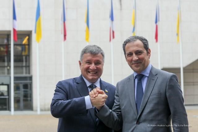 Le ministre de l'Intérieur ukrainien, Arsen Avakov, et Olivier Michalon, vice-président d'Airbus Helicopters (Crédits : Yulia Babych)