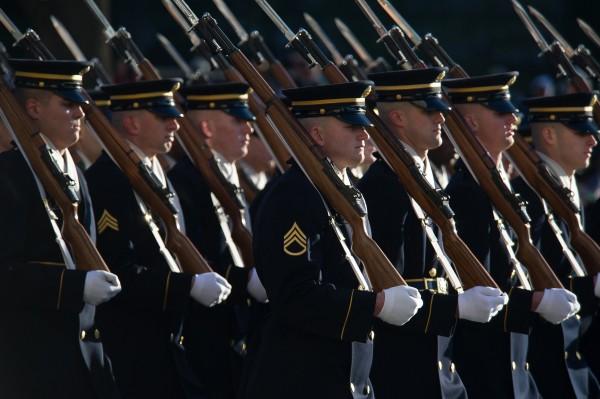 """Soldats du 3ème Régiment d'Infanterie """"The Old Guard"""" lors du défilé de l'inauguration présidentielle de Barack Obama le 21 janvier 2013 (Crédit photo:"""